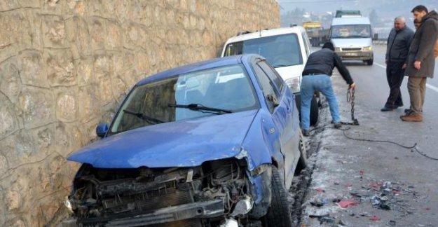 Buzlanma nedeniyle 10 araç kaza yaptı