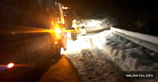 Cenaze yakınlarını taşıyan otobüs karda mahsur kaldı