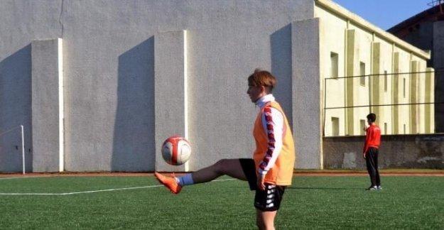 Kadın futbolcu Siirt'e transfer oldu