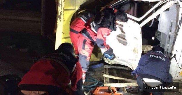 Kamyon elektrik direğine çarptı:1 ölü