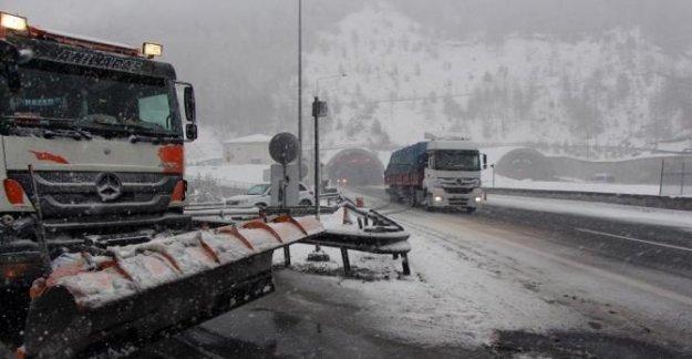 Kar yağışı, Bolu Dağı'nda ulaşımı etkiledi