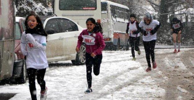 Karla kaplı parkurda Atatürk Koşusu