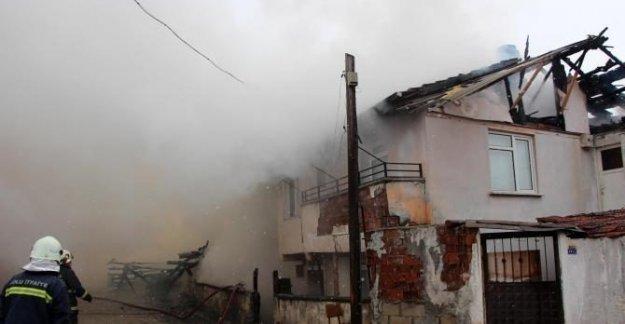 Odunlukta başlayan yangın evi yaktı