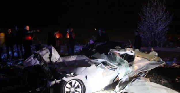 Otomobil, TIR'a arkadan çarptı: 2 ölü