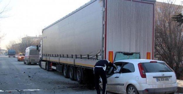 Park halindeki TIR'a çarpan otomobilin sürücüsü öldü