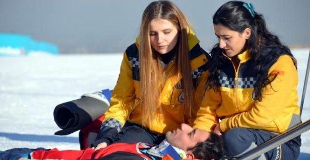 Sağlıkçılar, kar üstünde EYOF'a hazırlanıyor