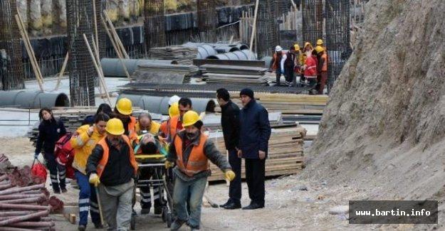 Belediye binası inşaatından düşen 2 işçi yaralandı