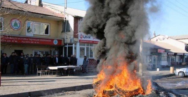 İşsiz kalan kamyoncular lastik yaktı