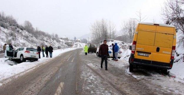 Karda kayan araç polis otosuna çarptı: 1 yaralı
