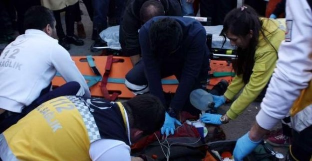 Kontrolden çıkan otomobil yayalara çarptı: 1 ölü, 1 yaralı