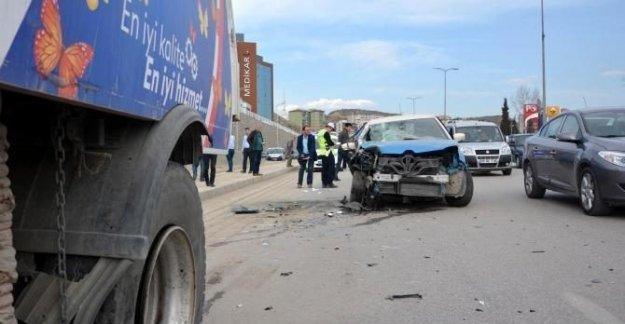 Otomobil temizlik aracına çarptı: 2 yaralı