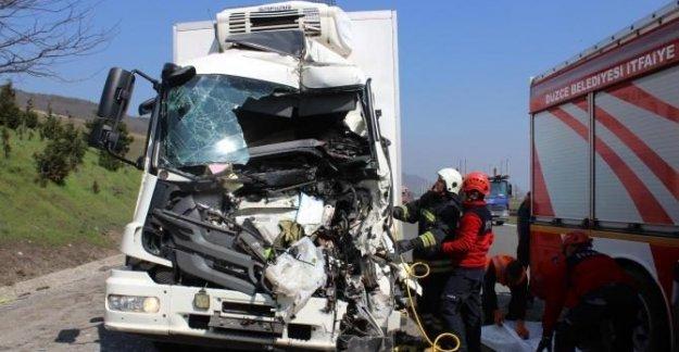 TIR'a çarpan kamyonun sürücüsü öldü