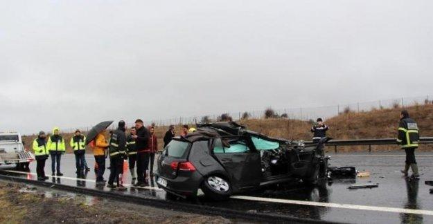 Yeni aldığı otomobille TIR'ın altına girdi: 1 Ölü, 4 yaralı