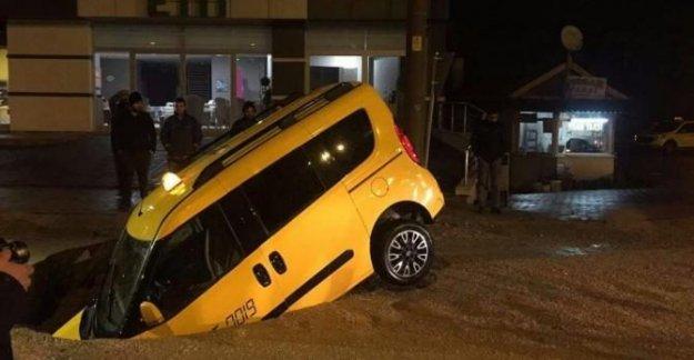 Yolda oluşan çukur taksiyi yuttu