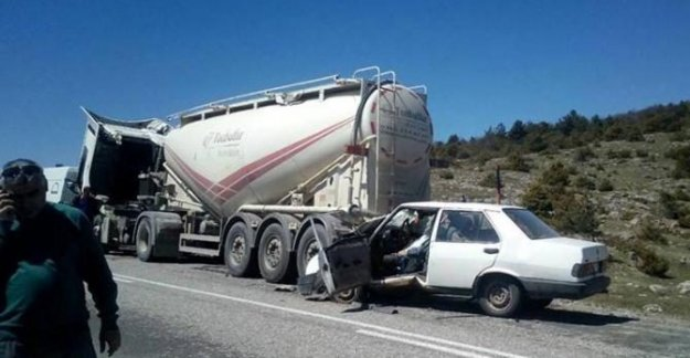 Beton mikserine çarpan otomobilin sürücüsü öldü