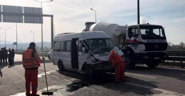 Engelli öğrencileri taşıyan minibüs kamyona çarptı: 6 yaralı