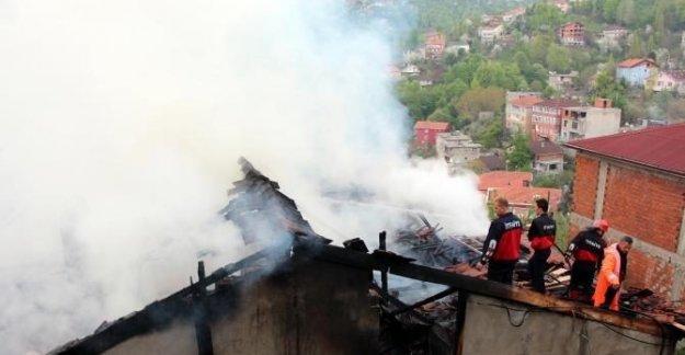 Evinde yangın çıkan genç, pencereden atlayarak kurtuldu