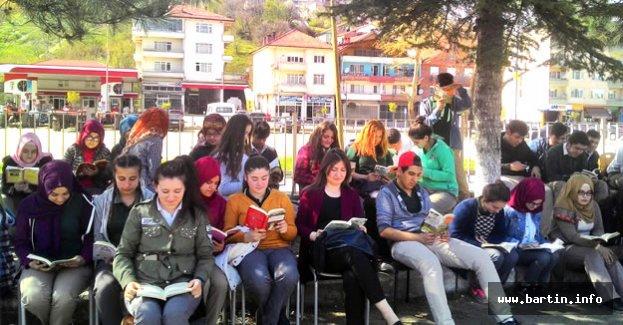 Gençler Okul Bahçesinde Kitap Okudu