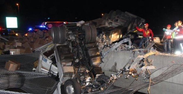 Köprüde asılı kalan TIR'a otomobil çarptı: 1 ölü 4 yaralı