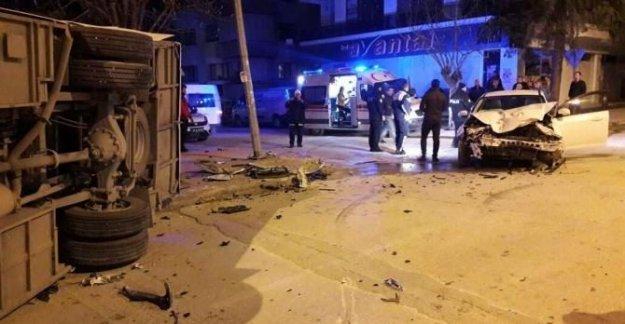 Midibüs ile otomobil çarpıştı: 2 yaralı