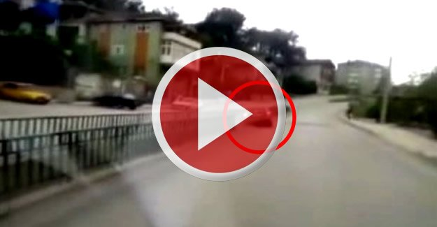Su kanalına devrilen otomobil kamerada