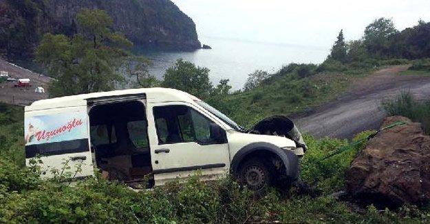 Araç şarampole düşmemesi için halatla kayaya bağlandı
