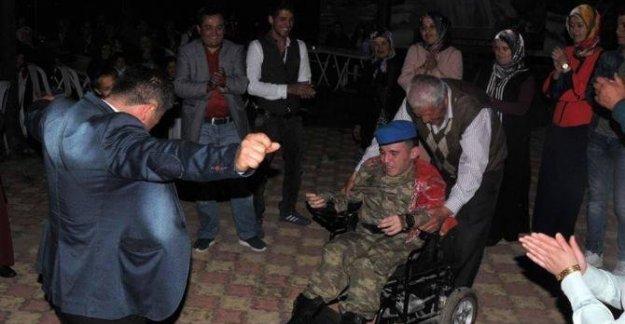 Engelli gence asker eğlencesi