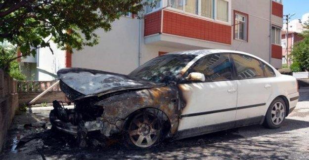 Evinin önündeki otomobili ateşe verildi
