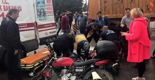 Motosiklet kamyonla çarpıştı: 3 yaralı