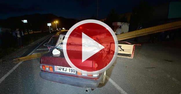 TIR'ın dorsesinden taşan raylar otomobile çarptı: 2 Yaralı