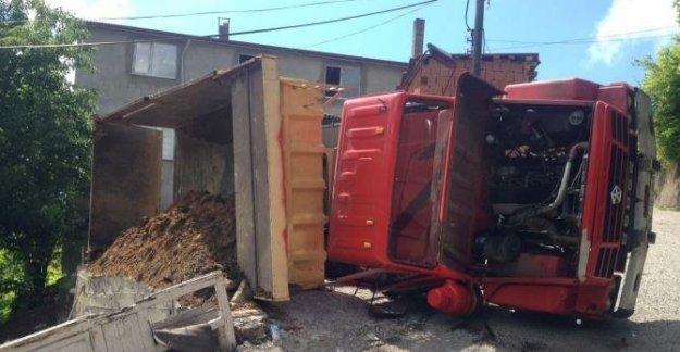 Toprak yüklü kamyon devrildi