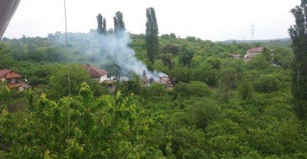 Yangında iki katlı ahşap ev kül oldu