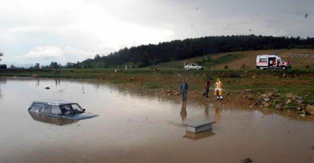 Aniden bastıran yağmurla otomobil sulara gömüldü