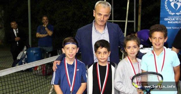 İftar Sonrası Tenis Turnuvasında Ödüller Sahiplerini Buldu