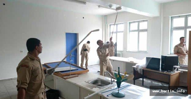 Bartın'da Askerler Okulların Bakımını Yapıyor