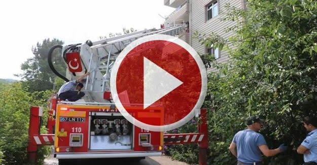İtfaiye Eri, Evinde Çıkan Yangını Söndürdü