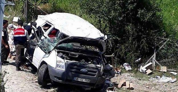 Minibüs takla attı: 1 ölü, 1 yaralı