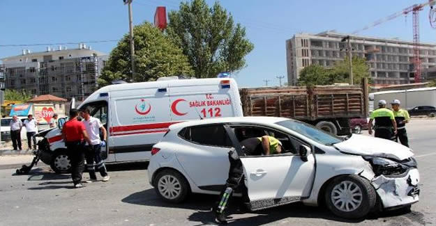 Ambulans otomobil ile çarpıştı: 1 yaralı