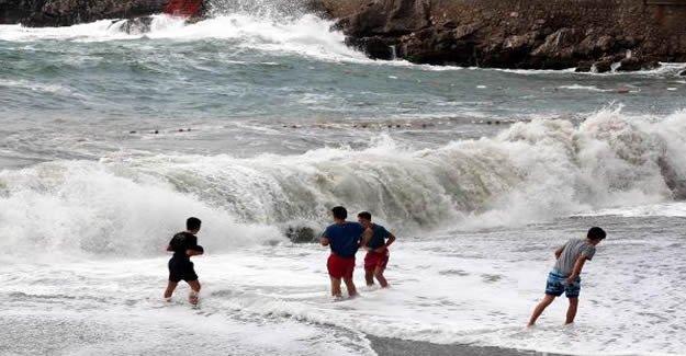 Dalga ve rüzgar nedeniyle denize girmek yasaklandı