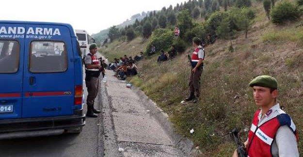 Durdurulan otobüste 63 kaçak yakalandı