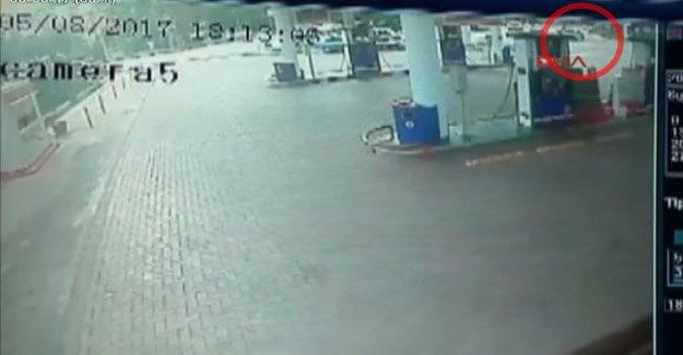 Motosikletin otomobile çarptığı kaza güvenlik kamerasında