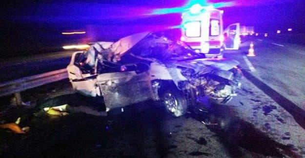 Otomobil TIR'a çarptı: 2 ölü, 2 yaralı