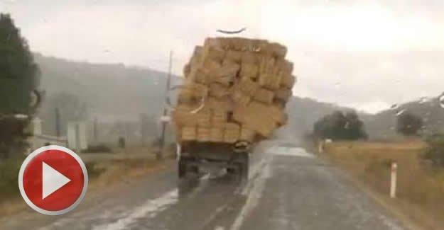 Saman Yüklü Traktör Böyle Devrildi