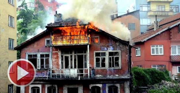 3 katlı eski bina yandı