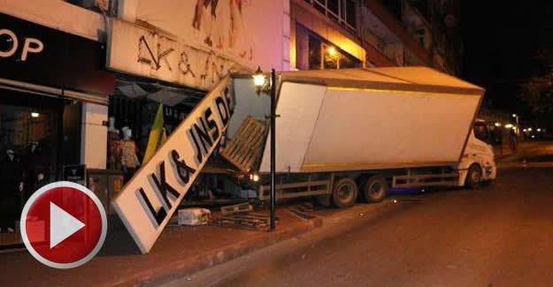 Freni boşalan kamyon işyerine girdi