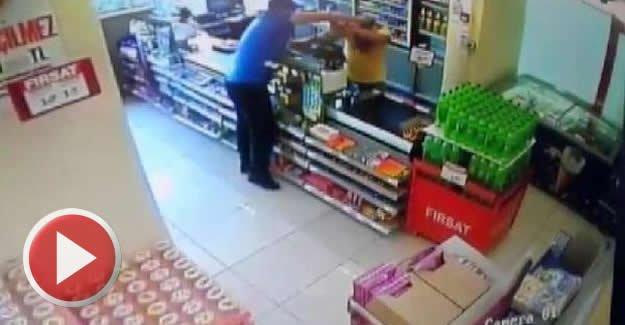 Kasiyer, soyguncunun elindeki tabancayı böyle aldı