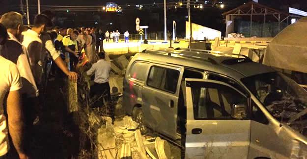 Minibüs Mermer Atölyesine Daldı: 1 yaralı
