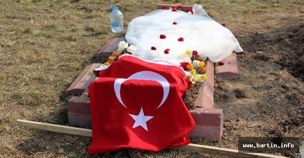 Gelinliğini Şehit Eşinin Mezarına Serdi