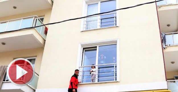 Pencere pervazında mahsur kalan çocuk kurtarıldı