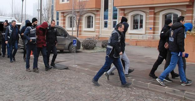 8 Azeri öğrenci, gasp iddiasıyla gözaltına alındı